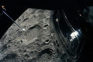 Pohľad na Mesiac z okna lunárneho modulu. Kráter vľavo od stredu sa nazýva Chaplyginov, kráter od stredu nadol sa nazýva Schliemannov.