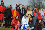 Otec Gombita (v strede) roky organizoval Živú krížovú cestu, tento rok je všetko inak.