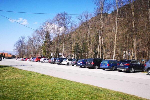 Parkovisko plné áut pred vstupnou bránou do Gadera, hovorí za všetko.