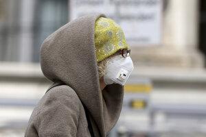 Žena s ochrannou maskou vo Viedni 30. marca 2020.
