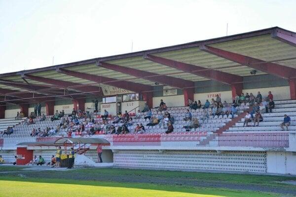 Tribúny na zápasoch A mužstva zívali ku koncu prázdnotou.
