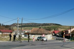 Polícia aj vojaci pri strážení karantény.