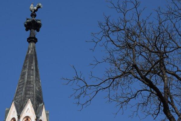 ilustračné foto - V dnešnej časti veselého putovania Novohradom príde reč aj na kohúta na vrchole veže kalvínskeho kostola v Lučenci.