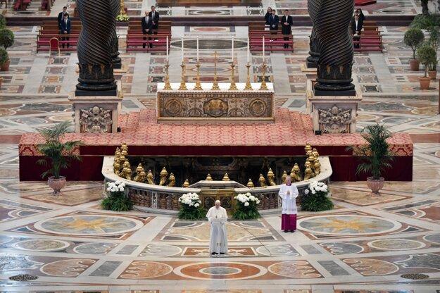 Pápež František slúži omšu počas Veľkonočnej nedele pre koronavírus v takmer prázdnej bazilike.