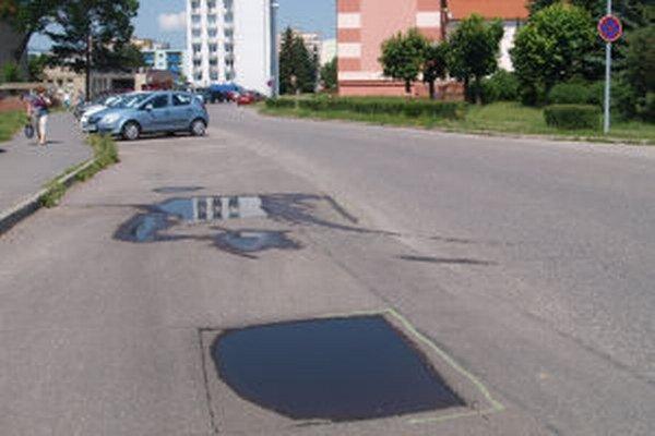 Začali s opravami výtlkov na mestských cestách.