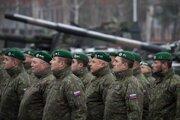 Na archívnej fotografii sú slovenskí vojaci na základni Adaži v Lotyšsku. Základňu navštívil vtedajší prezident Andrej Kiska 18. decembra 2018.