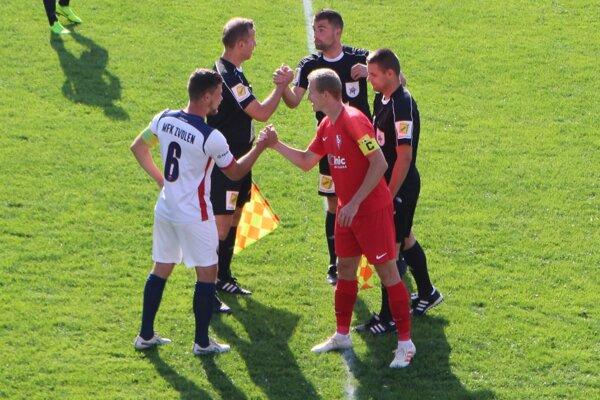 Igor Kotora (vľavo) pred výkopom pohárového zápasu Zvolena so Sereďou.