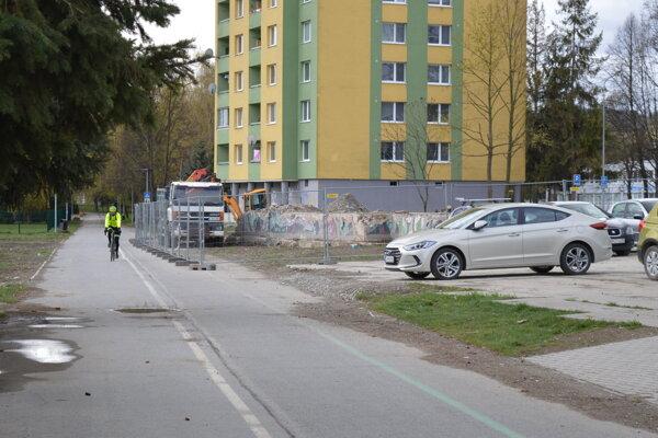 Cyklochodníky slúžili ako príjazdová cesta pre ťažkú techniku a pri odvoze tisícok ton sutiny. Poškodené cesty majú opraviť.
