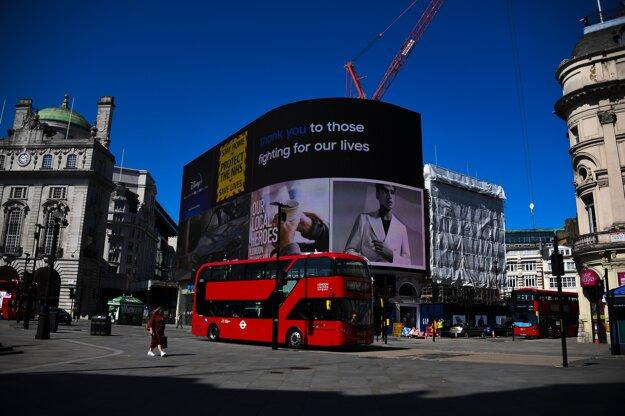 Ďakujeme tým, ktorí bojujú za záchranu našich životov, svieti na jednom z veľkých bilbordov v Londýne.