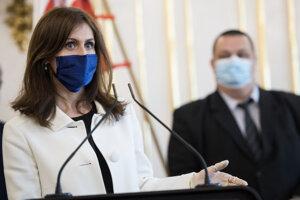 Andrea Kalavská a hlavný hygienik Ján Mikas s ochrannými rúškami počas spoločnej tlačovej konferencie po stretnutí v Prezidentskom paláci.