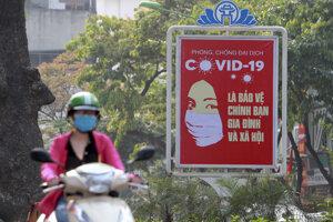 Motocyklista vo vietnamskom meste Hanoj.