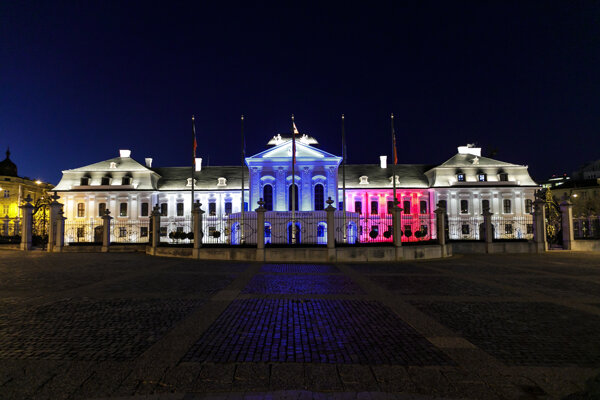 Koronavírus na Slovensku: Prezidentský palác je na znak spolupatričnosti počas mimoriadnej situácie v súvislosti s pandémiou každý večer symbolicky osvetlený vo farbách slovenskej trikolóry.