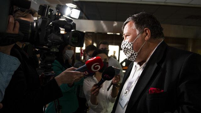 Infektológ Vladimír Krčméry prichádza na rokovanie Ústredného krízového štábu.
