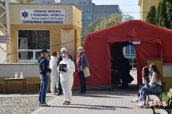 ilustračné foto - kontrola na vstupe do nemocnice v Lučenci.