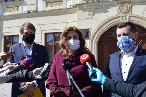 Viceprimátor Vladimír Feľbaba (OĽaNO), primátorka Andrea Turčanová (KDH) a druhý viceprimátor Pavol Neupauer (KDH).