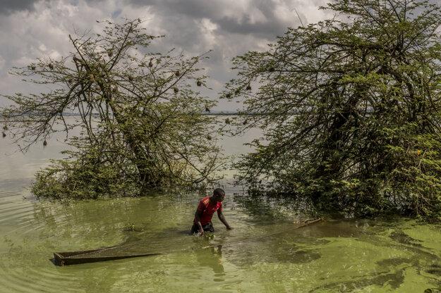 Frederic Noy získal tretiu cenu v kategórii Contemporary Issues Singles category. Na zábere je rybár, ktorý nelegálne pracuje na jazere Victoria.