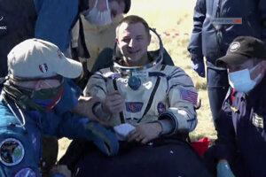 Americký astronaut Andrew Morgan krátko po pristátí.