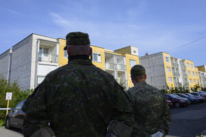Na snímke vojaci hliadkujú pred Domovom sociálnych služieb  na Hrnčiarskej ulici v Pezinku.