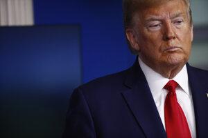 Trump v sobotu opäť spochybnil počet obetí koronavírusu v Číne.