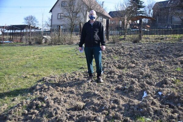 Ľudovít Jesenský na svojom pozemku. Záhradu má ako pooranú.