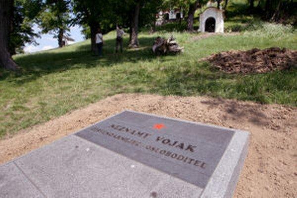 Súčasná podoba hrobu je podľa Martina Macharika z Kalvárskeho fondu v rozpore s barokovou Kalváriou.Otázniky nad identitou padlého vojaka však nečakal.