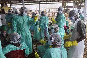 Zdravotníci si nasadzujú ochranné prostriedky na klinike pre liečbu eboly. (Monrovia, 29. január 2015)