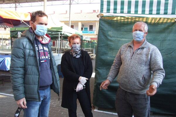 Zľava Martin, Monika a Karol na prázdnej tržnici.