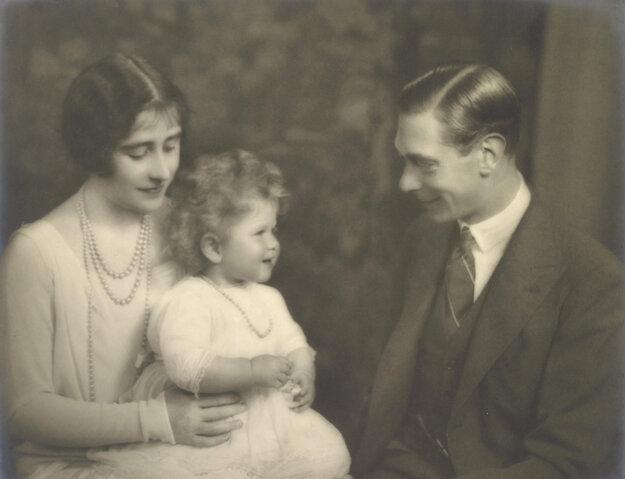 Na snímke z 20. januára 1927 uprostred vtedajšia princezná Alžbeta, ktorá sa neskôr stala britskou kráľovnou Alžbetou II.,  so svojimi rodičmi - vojvodom a vojvodkyňou z Yorku.