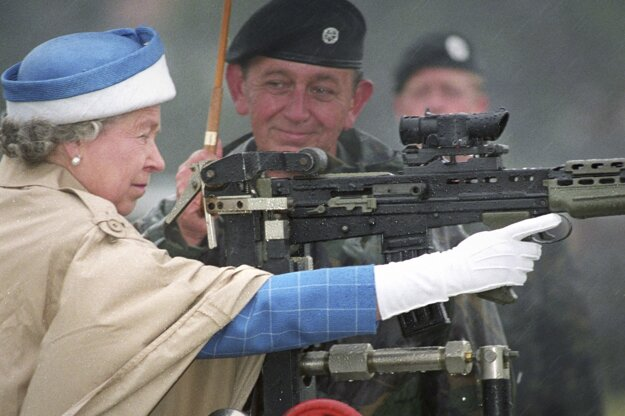 Na snímke z 9. júla 1993 britská kráľovná Alžbeta II. strieľa zo zbrane vo Bisley.