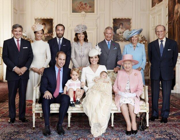 Na snímke vydanej  Kensingtonským palácom britský princ William, jeho manželka Kate a ich deti princ George a princezná Charlotte pózujú po Charlottiných krstinách 5. júla 2015 v Sandringhame.