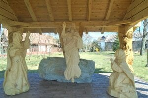 Sochy znázorňujú Zmŕtvychvstanie Ježiša.