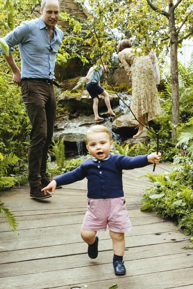 Princ Louis so súrodencami a rodičmi v záhrade Back to Nature, ktorú navrhla jeho matka Kate spolu s Adamom Whiteom a Andrée Daviesovou pred známou kvetinovou šou Chelsea.