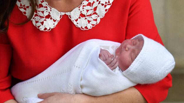 Na archívnej snímke z 23. apríla 2018 vojvodkyňa Catherine drží svojho novorodeného syna princa Louisa počas odchodu z londýnskej nemocnice.