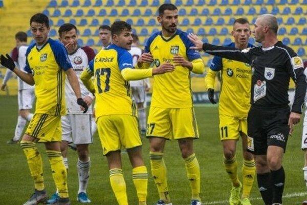 Futbalisti FC Košice čakajú na rozhodnutie, či sa bude v druholigovej sezóne pokračovať.