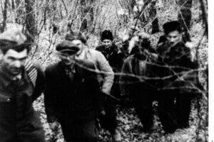 Partizáni sa vracajú z rozviedky do svojho tábora v Miezgovskom háji.