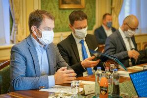 Zľava: Predseda vlády SR Igor Matovič a podpredseda vlády a minister financií SR Eduard Heger počas rokovania premiéra SR s členmi ekonomického krízového štábu na Úrade vlády. Bratislava, 24. apríl 2020.