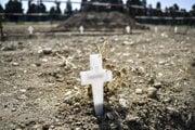 Biele kríže, ktoré určujú miesta pre nové hroby na cintoríne v Miláne 23. apríla 2020.