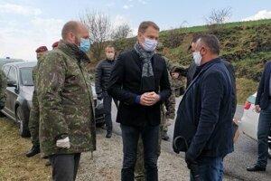 Oznámiť ukončenie karantény prišiel v sobotu do obce Bystrany aj premiér Matovič.