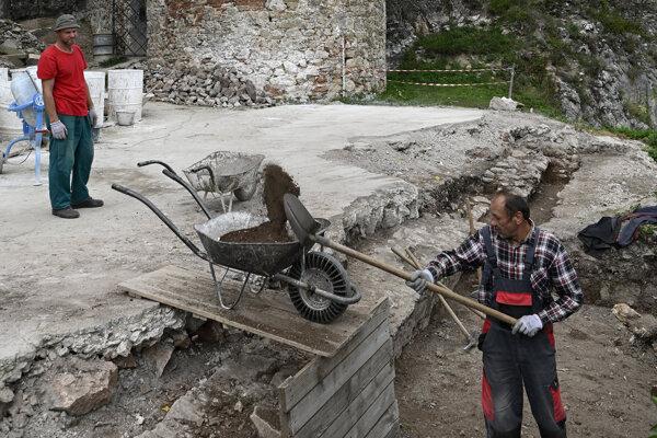Na snímke archeologický prieskum pri vstupe do hradu Lednica vseptembri 2019.
