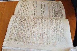 Pôvodné listy sú z ručného papiera.