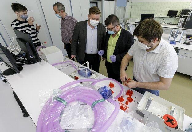 Prístroj taktiež disponuje senzorom upozorňujúcim na prebúdzanie pacienta a spontánne dýchanie.
