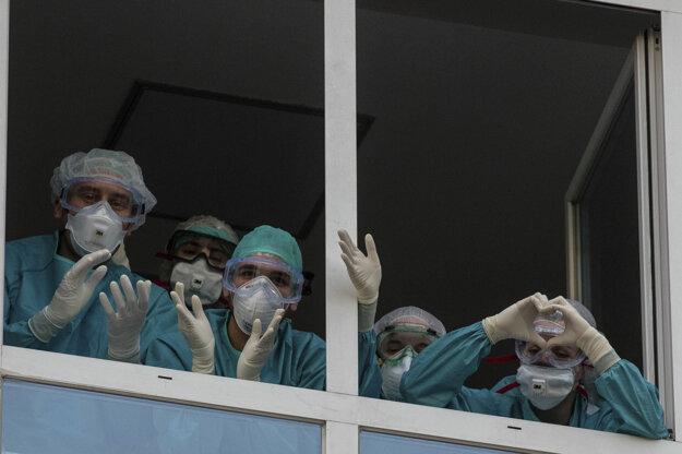 Španielski zdravotníci v Madride ďakujú za verejnú podporu.