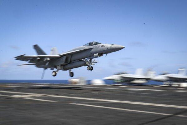 Ilustračná fotografia. Pentagon zverejnil tri videá o UFO. Taktiež mal tajný program na vyšetrovanie úkazov, ktorý okrem iných skúmal aj žiaru okolo stíhačky F/A-18 Super Hornet ako je na fotke.