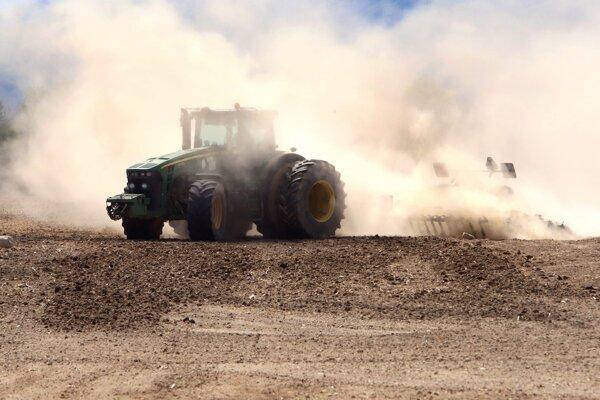 Traktor vplyvom nedostatku vlahy v pôde zanecháva za sebou oblak prachu v katastri obce Očová.