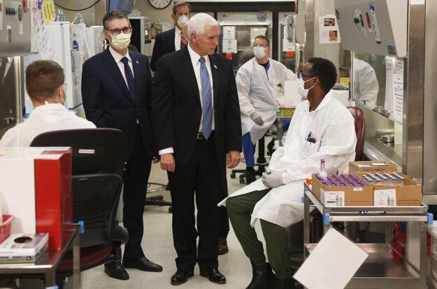 Pandémia koronavírusu: Viceprezident Pence je bez rúška v laboratóriu, kde skúmajú ochorenie Covid-19.