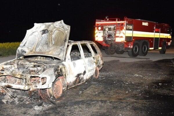 Zhorený ford po zásahu hasičov.