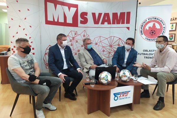 Predseda Oblastného futbalového zväzu Trenčín Ivan Gróf (v strede) počas debaty.