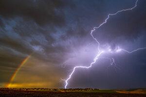 Búrka nad Lewistonom v americkom v Idahu.