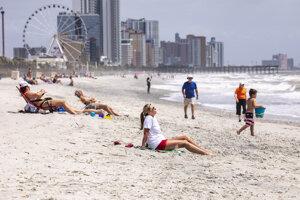 Ľudia sa opaľujú na piesočnej pláži Myrtle Beach počas pandémie koronavírusu v Južnej Karolíne.