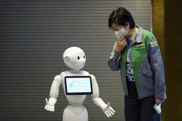 Robot Pepper s rúškom na tvári víta guvernérku Tokia Juriko Koike.